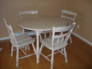 Table ronde 40 pces avec 2 rallonges de 18 pces Roxton bleach