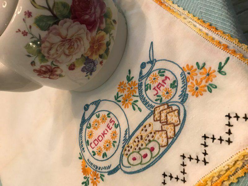 COTTAGE SWEET VINTAGE * Embroidered COOKIES & JAM * Crochet Lace TEA CLOTH