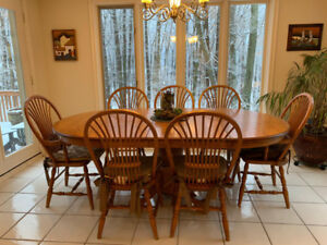 Classic Wood Expandable Kitchen Table with 7 matching Chairs