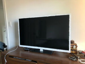 "RCA 40"" flat screen TV - LED full HDTV"