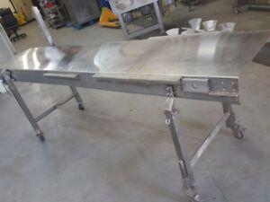 Table en acier inoxidable sur roulettes