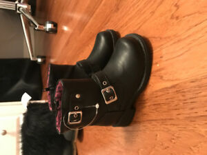 Brand new never worn size 7 black boots for toddlet