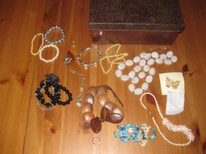 Bijoux - Bagues, collier, bracelets, broches - 19 articles