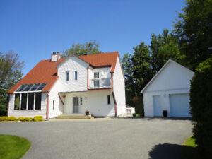 Magnifique cottage sur grand terrain intime et garage