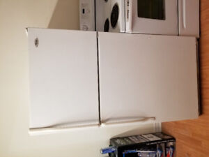 Whirlpool white top freezer bottom fridge refrigerator 32x29x66