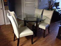 Glass kitchen 45'' (115 CMS) table and 4 chairs