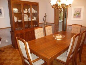 table de salle à manger et vaisselier