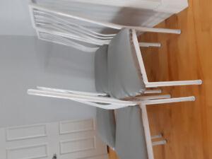 4 chaises blanches et grises