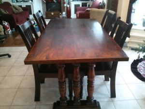 Dining table, Hutch and 6 Chairs!