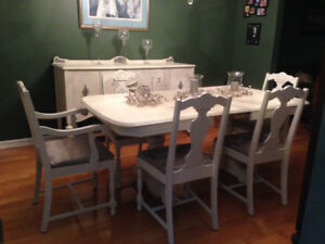 8 Piece Dining Room Set. **Must Go**