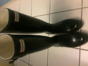 Size 7 selling a pair of gently used hunter boots.