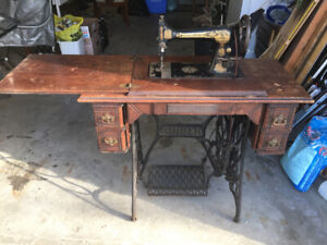 Antique (1904) Singer sewing machine and treadle