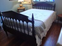 GORGEOUS DOUBLE ANTIQUE SPOOL BED