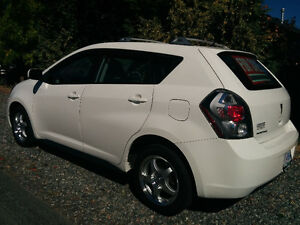 2009 ULTRA WHITE PONTIAC VIBE HATCHBACK - MUST SELL MUST SEE