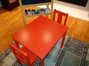Table pour enfant avec 2 chaises