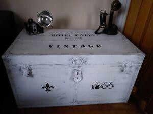 coffre antique en metal relookeé….BROCANTE FLEUR DE LYS