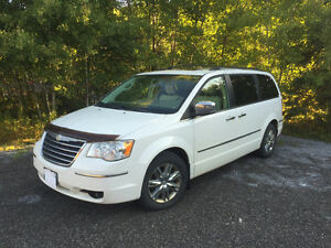 2008 Chrysler Town & Country Limited, Ideal for Young Family