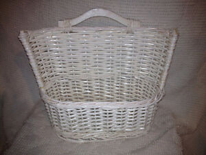 White wicker basket / Panier en osier blanc