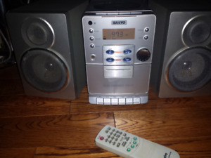 Sanyo Stereo System with 2 speakers and remote