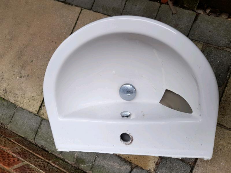 Free basin (broken) and pedestal