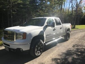 2013 GMC Sierra 2500 Denali----------Low Kms!!!