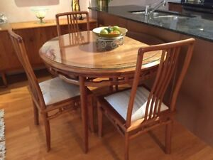 Beautiful Dining Table & 4 Chairs