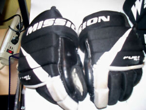 2 PAIRS OF MAN HOCKEY GLOVE AND KID PAIR