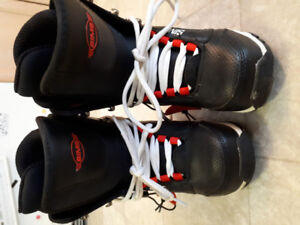 LIKE NEW Sims Youth Snowboard boots - size 2.5