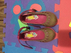 Chaussures pour fille. Complètements neufs.