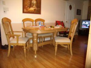 Table et 6 chaises avec buffet en érable.