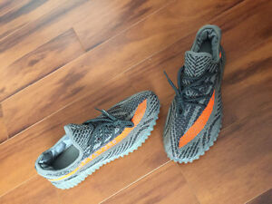 NEVER WORN YEEZY BOOST V2 REPLICA! SELLING ASAP