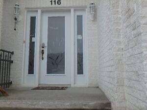 porte de garage et entrée