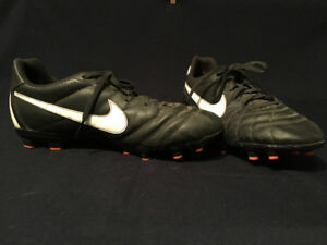 NIKE SOCCER CLEATS - SIZE 4Y