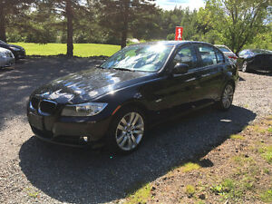 2011 BMW 323 - Sunroof and Leather!