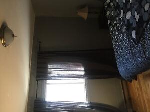Grand chambre avec balcon à louée