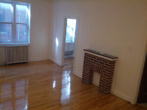 3 1/2 AVAILABLE (near Loyola Campus)