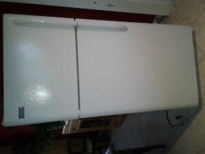 Réfrigérateur marqué Frigidaire. 18 pieds cube, état neuf