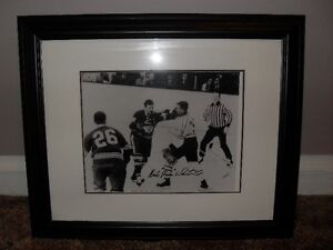 "MIKE "" SHAKIE "" WALTON   PICTURE FIGHTING GORDIE HOWE"