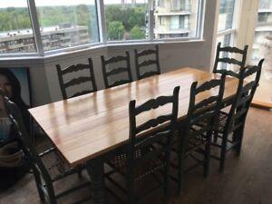 IMPECCABLE!!! TABLE en bois avec 8 chaises en bois et CUIR!!!