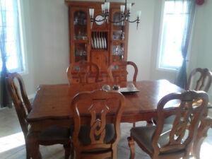 Table, chaise et buffet de salle à manger