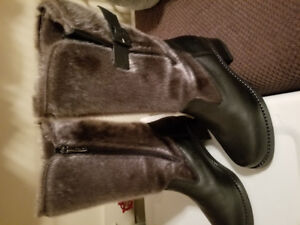 Ladies seal skin winter boots size 7 never worn too small