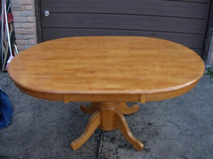Slightly used Solid Wood Oval Dining Table, in very good conditi