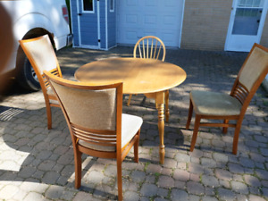 Kitchen table and chairs (delivery included)