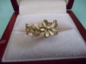 Beautiful floral 18k gold ring