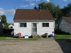Cozy 2 Bedroom House with parking & utilities included