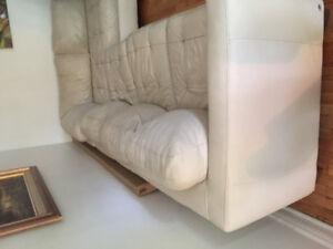 Grand canapé en cuir beige sectionnel