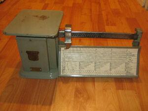 balance antique pour le poids des colis (lettre etc..)