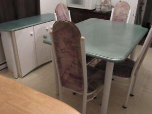 Petit set de cuisine, table, 4 chaises, rallonge, petit buffet