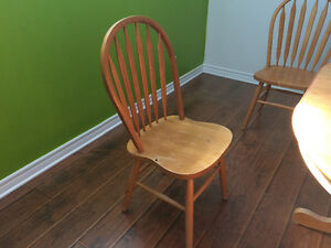 Oak pedestal table with 4 Windsor back chairs West Island Greater Montréal image 4