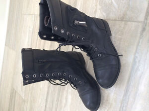 Softmoc black leather boot